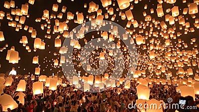 Плавая фонарики в Chiangmai, Таиланде. акции видеоматериалы