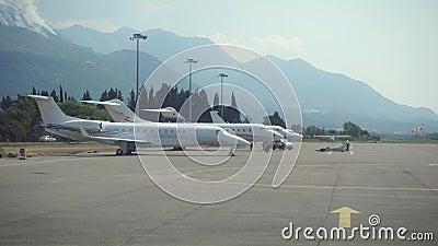плоскость полета подготовляет Перемещать воздухом Полет над Черногорией сток-видео