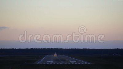 Плоскость принимает Авиалайнер пассажира Самолет летает в облака сток-видео