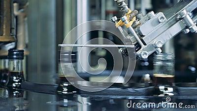 Работая машина устанавливая крышки на бутылках, спиртной продукции акции видеоматериалы