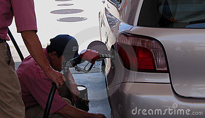 работники бензоколонки