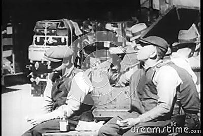 Работники есть обед outdoors, Нью-Йорк, 1930s видеоматериал