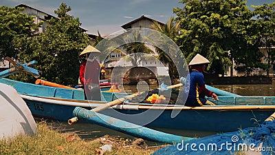 Работники на рыбацкой лодке в реке в Cilacap, Ява, Индонезии сток-видео