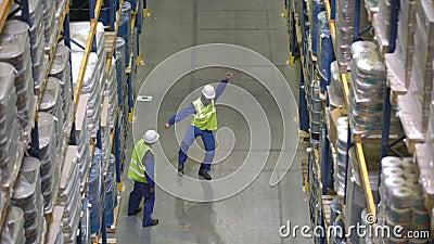 Работники склада имеют сражение танца во время пролома видеоматериал