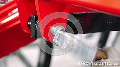 Работник бить молотком рукав молотком в соединение частей Ручное собрание на фабрике сток-видео