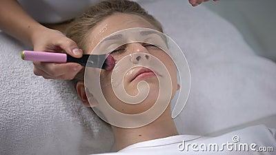 Работник салона красоты кладя moisturizing маску на сторону девушки, женственность акции видеоматериалы