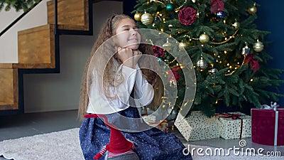 Радостная мечтательная девушка делая желание для рождества видеоматериал
