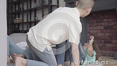 Радостные 4 брать и мать околпачивают вокруг лежать на поле в живущей комнате дома Братство r акции видеоматериалы
