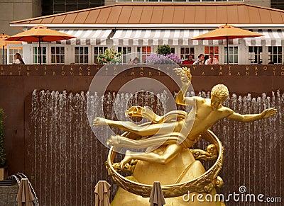 разбивочная золотистая статуя rockfeller prometheus Редакционное Стоковое Фото