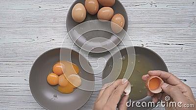 Разделение желток и белка куриных яиц сток-видео