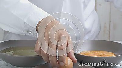 Разделение желток и белка куриных яиц видеоматериал