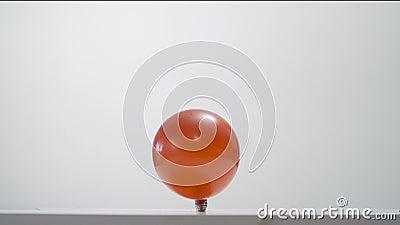 Разрывать красный воздушный шар видеоматериал