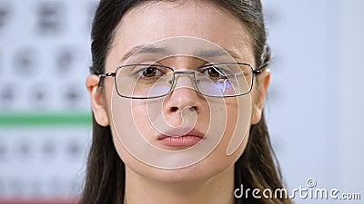 Расстроенная женщина с разбитыми глазами в оптическом магазине, проблемы с зрением, здоровье акции видеоматериалы