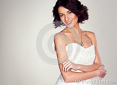 Радостная молодая невеста