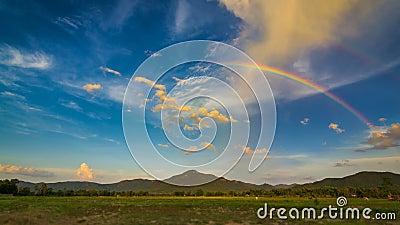 Радуга промежутка времени красивая в славном небе
