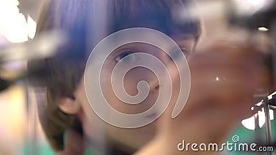 Ребенок и робот: пытливый мальчик на выставке роботов самомоднейшие игрушки Дети и будущее игры фактически сток-видео
