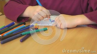 Ребенок рисует изображение используя ручки войлока акции видеоматериалы