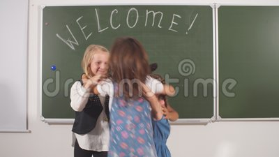 Ребенок школьного возраста 4 с на предпосылкой акции видеоматериалы