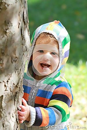 ребенок outdoors играя
