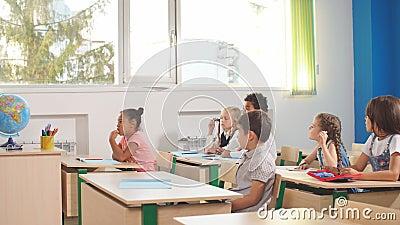 Ребята школьного возраста участвуя активно в классе Образование, уча, средняя школа сток-видео