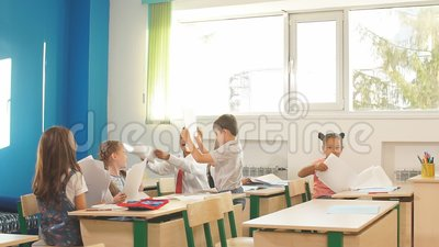 Ребята школьного возраста участвуя активно в классе Образование, уча, средняя школа видеоматериал
