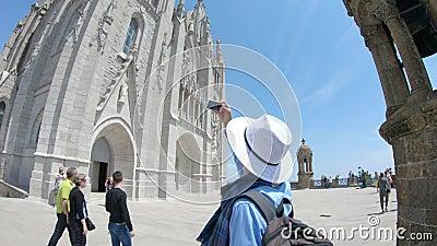 редакционо Май 2018 Гай снимает видео с smartphone около виска священного сердца на держателе Tibidabo в Барселоне сток-видео