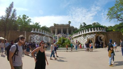 редакционо Май 2018 barcelona Испания Главная лестница на входе в парк Guell сток-видео