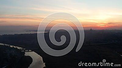 Река и море в вечере Силуэты зданий в городе Mariupol сток-видео