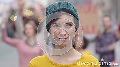 Решительная молодая женщина в знак протеста акции видеоматериалы