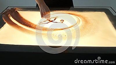 Рисовать с песком Песок чертежа на белом экране Руки художника песка рисуют акции видеоматериалы