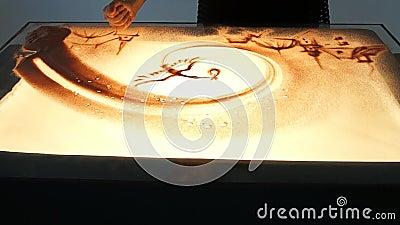 Рисовать с песком Песок чертежа на белом экране Руки художника песка рисуют сток-видео