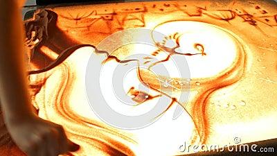 Рисовать с песком Песок чертежа на экране Руки художника песка рисуют сердитой видеоматериал