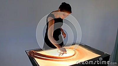 Рисовать с песком Песок чертежа на экране Руки художника песка рисуют сердитой акции видеоматериалы