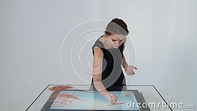 Рисовать с песком Песок чертежа на экране Руки художника песка рисуют сердитой сток-видео