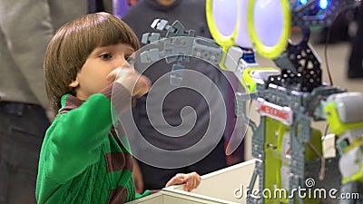 Робот и ребенок Мальчик ища робот танцев Робот мальчика ребенк наблюдая станцевать Взгляд мальчика на робототехнической технологи видеоматериал