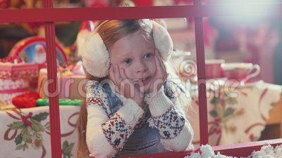 Рождество и Санта Клаус ребенка ждать смотря вне окно акции видеоматериалы
