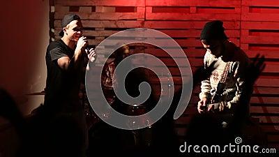 Рок-группа на концерте с веселя аудиторией сток-видео