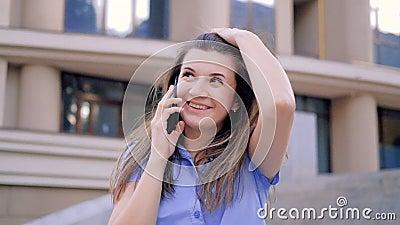 Романтический телефонный звонок флирт восхищает веселую женщину сток-видео