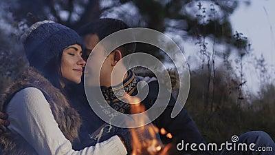 Романтичные пары отдыхая на костре в затишье медленно сток-видео