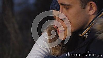 Романтичные пары отдыхая на костре в затишье медленно акции видеоматериалы
