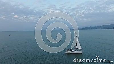 Роскошное плавание на Чёрном море, активное воссоздание шлюпки, свобода, наслаждение жизни акции видеоматериалы