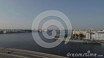 Россия Санкт-Петербург Река Neva Рассвет крейсера сток-видео