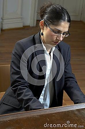 рояль играет учителя
