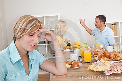 Родители споря в кухне