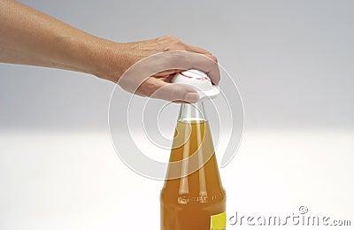рука бутылки
