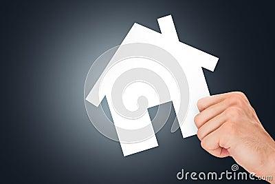 Рука держа картон недвижимости
