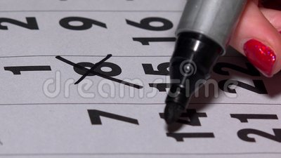 Рука при черная отметка пересекая случайные дни на календаре видеоматериал