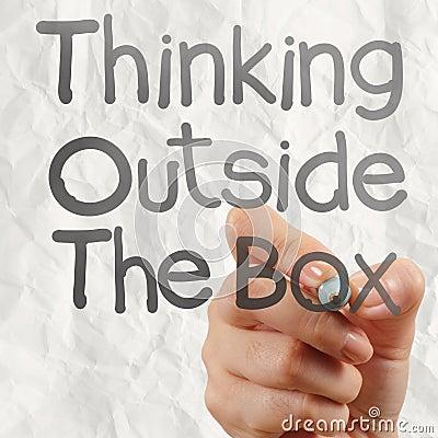 Рука рисует думает вне коробки