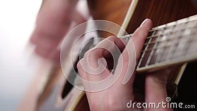 Рука человека играя гитару видеоматериал