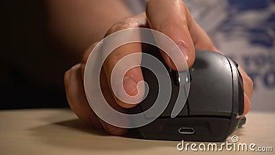 Рука человека щелкая и перечисляя мышь акции видеоматериалы